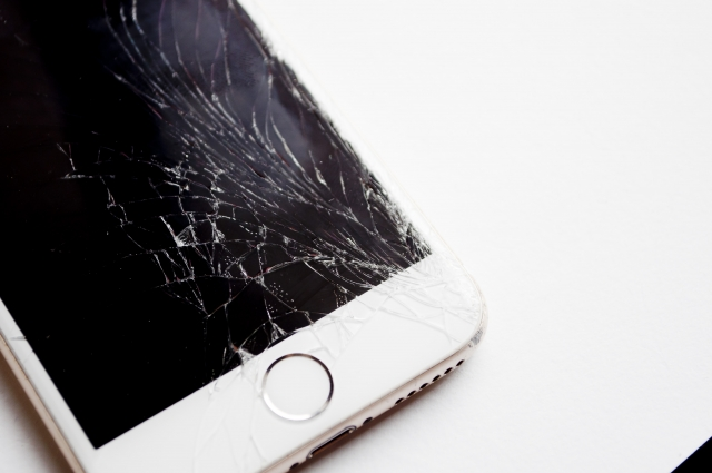 落として画面が割れてしまったiPhone